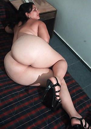 Bubble Butt MILF Porn Pictures