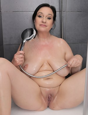 MILF Wet Pussy Porn Pictures